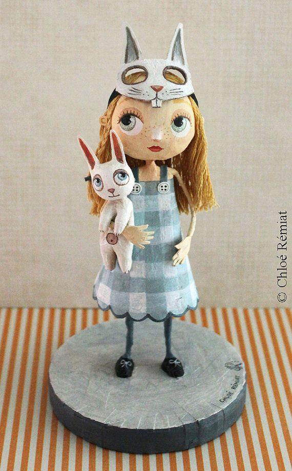 Sculpture Alice masquée.    PIÈCE UNIQUE SIGNÉE entièrement réalisée à la main en fil de fer, papier enduit, carton, fils de coton pour les cheveux,
