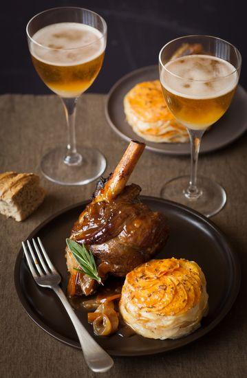 Souris+d'agneau+braisée+au+cidre+et+confite+aux+épices+et+tian+de+pommes+de+terre+et+patates+douces+:+la+recette+facile