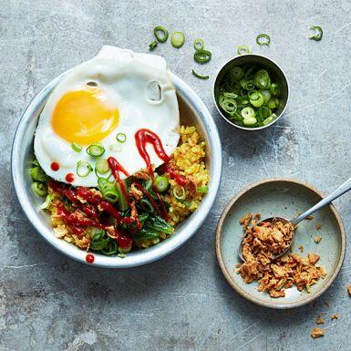Smarta matlagare har rester i kylen som snabbt kan bli till nya rätter. Kokt ris till exempel. Salladen kan bytas ut mot andra grönsaker som råkar finnas hemma. Stekt kyckling, räkor eller tofu över i kylen? Det är nu du ska använda dem!