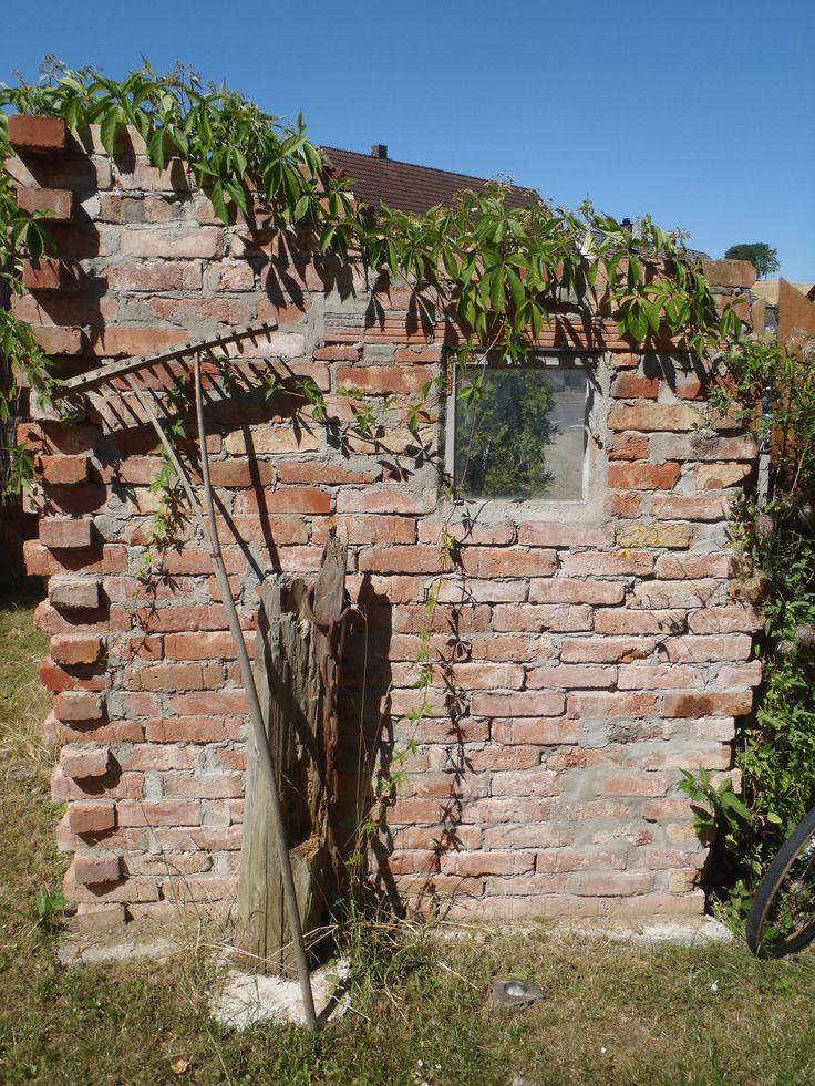 Mauer aus alten Backsteinen