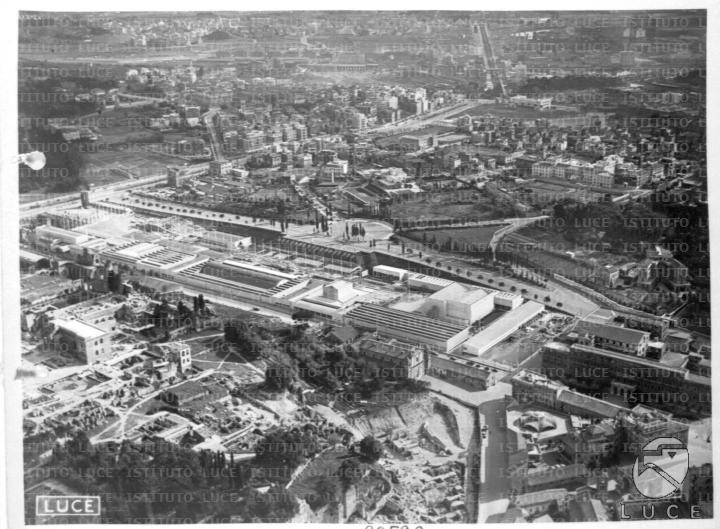 Inquadratura aerea del Circo Massimo occupato dai padiglioni e dalle strutture per ospitare la Mostra Nazionale dell'Opera Nazionale Dopolavoro 05.04.1938