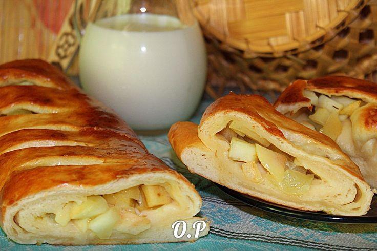 Рулет с яблоками  Автор: [Ольга Романова  Для приготовления понадобится:  для теста потребуется:  молоко тёплое -0,5 стакана  сливочное масло - 100 гр  сухие дрожжи - 7 гр  яйцо сырое - 1 шт  сахарный песок - 1 стол ложка  соль - щепотка  мука - 2,5 стакана  желток сырой - смазать рулет  для начинки потребуется:  яблоки - 5-6 шт  сливочное масло - 1 стол ложка  сахарный песок - 3 стол ложки  У меня вышло из токого количества теста и начинки 2 рулета  Приготовим тесто  Я приготовила замес…