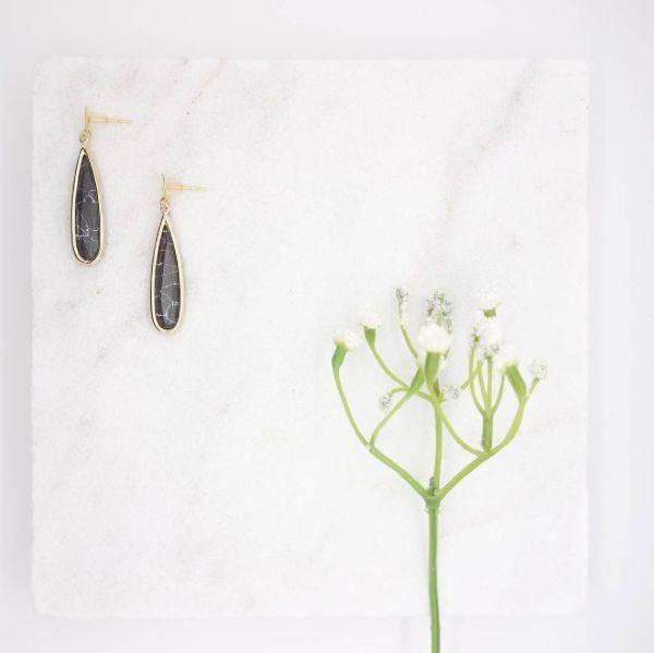 Bijoux fabriqués en France à la main. Dans un univers chic et minimaliste, inspirés par le minéral et le végétal. Plaqués or, vermeil, pierres semi-précieuses