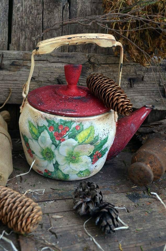 """Заварочный чайник для декора """"Рождественский"""", для дачи  Старенький чайник ,куплен на блошином рынке, почищен, продезенфицирован и помыт.  Чайник заварочный, полностью функционален, его можно использовать по назначению, внутри есть ситечко для заварки. Чайник задекорирован в технике """"декупаж, немного состарен. Чайник идеален для загородного дома, для дачи, для кухни в стиле Кантри. Все материалы,использованные в работе безопасны для вас и вашего здоровья"""