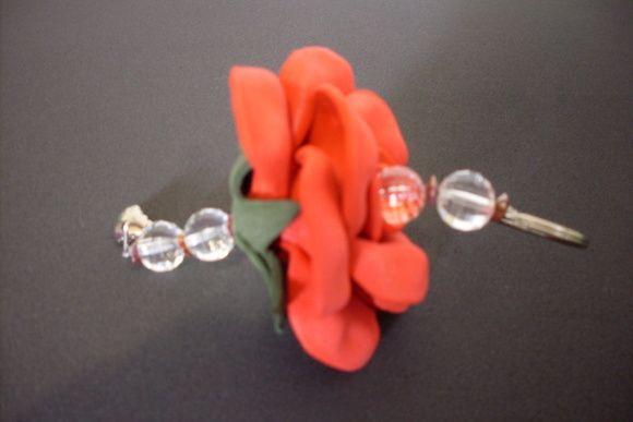 Chaveiro de flor em EVA, tamanho PP, na cor Vermelho Vivo. Ideal para lembrancinhas de Natal, dia dos professores, dia do amigo e aniversários.