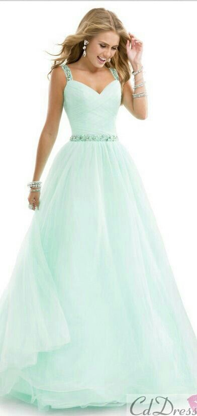 I like how the dress flows but I would MAYBE like more if it didn't have straps ( just sweetheart neckline) <3<3<3<3