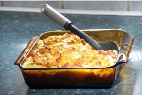 Eiergereg-ontbyt  Bestanddele  1 pakkie Bacon Kips; ...  8 eiers;  Aromat, sout en peper;  1 pakkie fyn-gesnyde bacon;