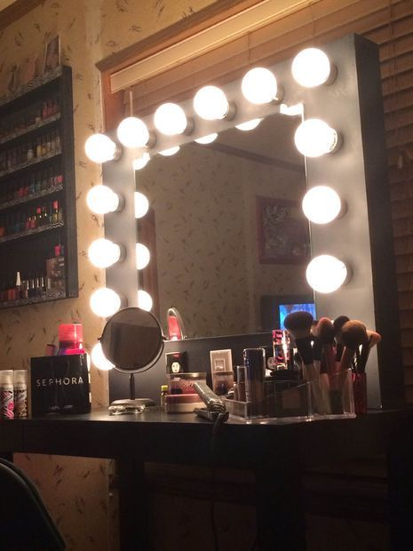 How to build a vanity mirror  PS  use Halogen lights  not the pictured. 17 Best ideas about Diy Vanity Mirror on Pinterest   Makeup tables