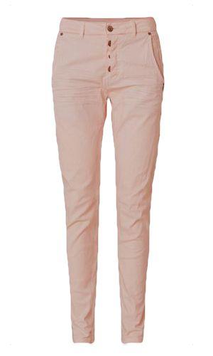 Clos Jeans. Cool buks fra danske Plus Fine. Modellen er stram i ben og lidt baggy foroven. Påsyede baglommer og detaljeret med 3 synlige knapper ved lukning. Farvene er flot salmon rose. Materialet er 100% bomuld.