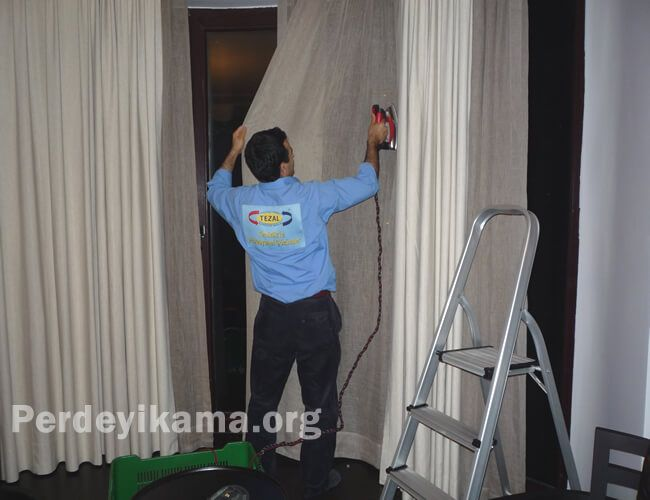 Bu resimde de perde motajından sonra ütü rütuşu yapılmaktadır. http://www.perdeyikama.org/perde-yikama