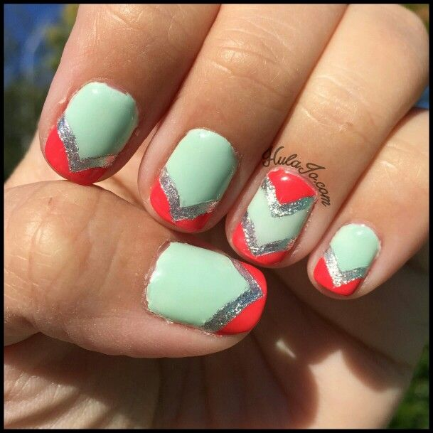 Teal &Coral Chevron #nails #nailart #notgel #hulajonails #hulajo #linkinbio #nailblog #picoftheday #nailaddict #teal #coral #chevrons #essie #twinkledt #decals