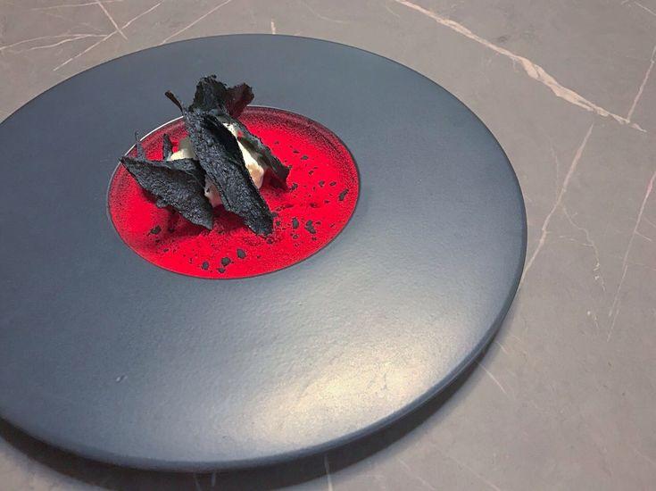 """Piatto """"marziano"""": sfoglia soffiata al carbone su polvere di lampone e spuma di yogurt www.foodloft.it"""
