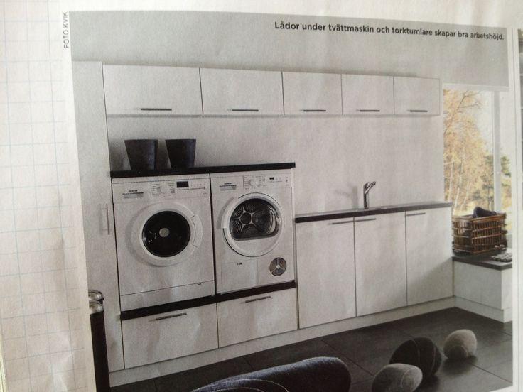 Tvättmaskin i rätt höjd, smart. Överskåp för förvaring.