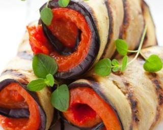 Roulés d'aubergine aux poivrons grillés : http://www.fourchette-et-bikini.fr/recettes/recettes-minceur/roules-daubergine-aux-poivrons-grilles.html