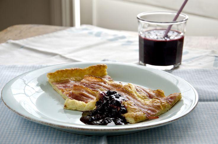 langpannekake med bacon og blåbærsyltetøy