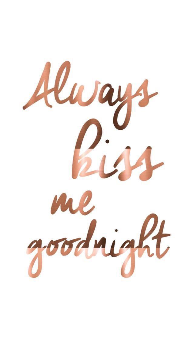 Siempre lo hace, me dice que me ama ... cada mañana y noche ... y cada vez que hablamos por teléfono. siempre dame un beso de buenas noches