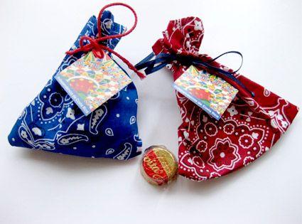 decoracion para el 15 de setiembre Bolsitas de tela tipica costarricense con 3 tapitas gallito