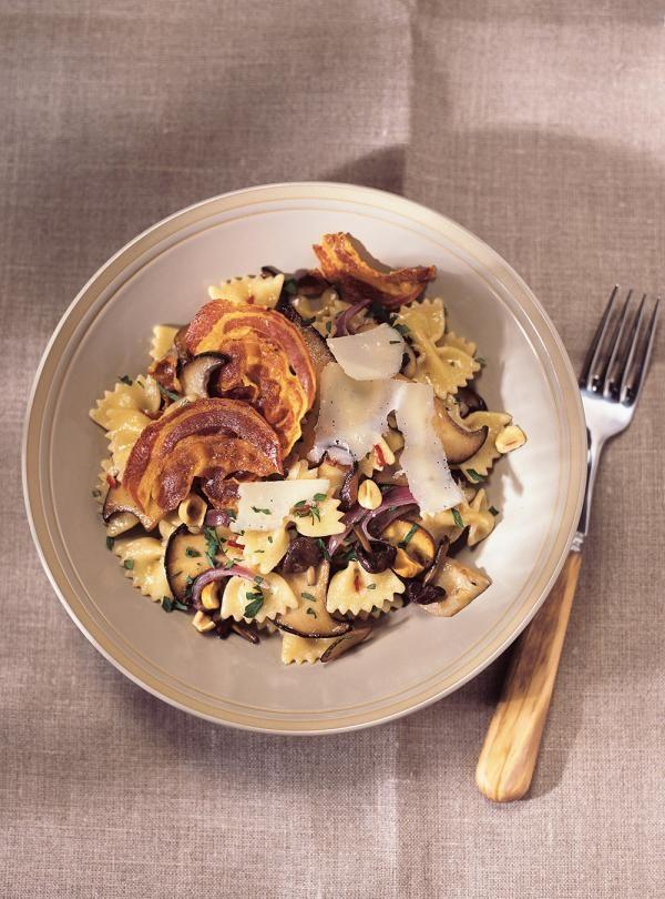 Recette de farfalles aux champignons et chips de pancetta de Ricardo. Excellente recette de pâtes. Ajouter le vin, le bouillon, la crème et le romarin. Ajouter les pâtes à la sauce, puis le parmesan râpé et le persil.