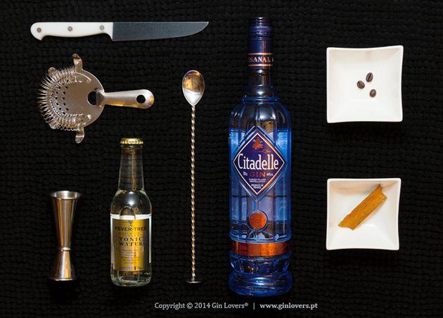 G Citadelle TFever Tree Indian B Cássia, café O Gin Citadelle é produzido no Sudoeste de França, no berço do Cognac. Usando a antiga receita que remonta ao século VVII, o Citadelle é produzido em pequenos alambiques de cobre aquecidos com chama direta (naked flame). A particularidade do ...
