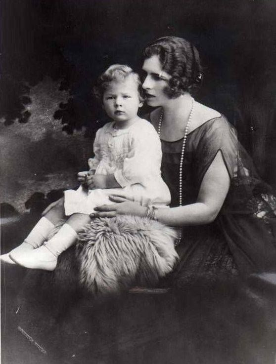 Majestatea Sa Elena, Regina-mamă și tânărul Principe Mihai al României. Românii își vor monarhia înapoi! http://www.romaniaregala.ro  ---  HM Elena of Romania, the Queen Mother, and young Prince Mihai (later, HM King Michael I). Romanians want their Monarchy back! http://www.romaniaregala.ro