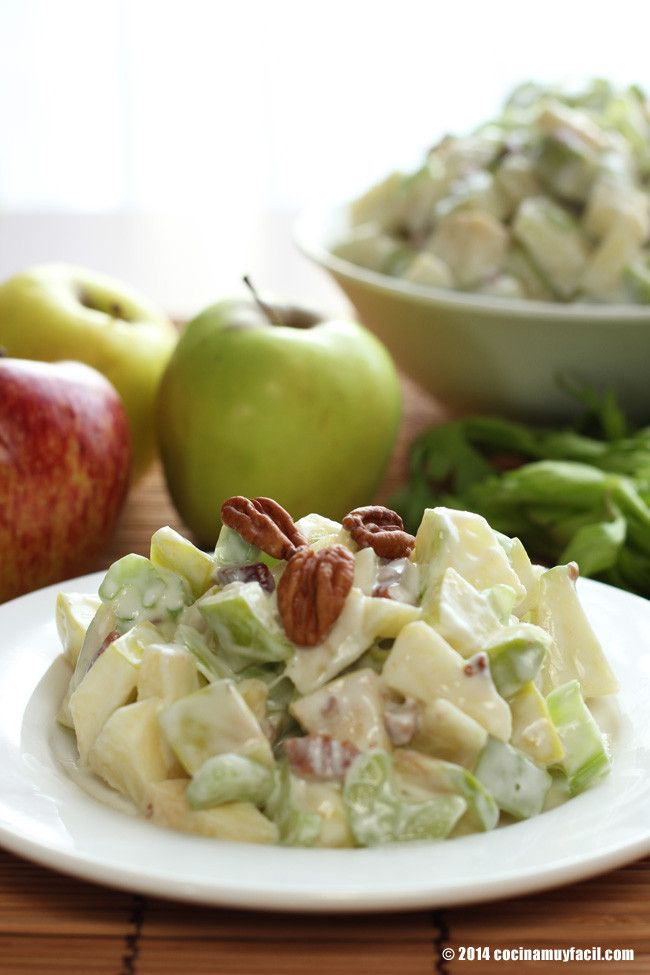 ¿Sabías que en otoño e invierno encontramos las mejores manzanas? Por eso, te recomendamos preparar esta riquísima ensalada Waldorf #receta http://cocinamuyfacil.com/receta-para-navidad-ensalada-de-manzana/