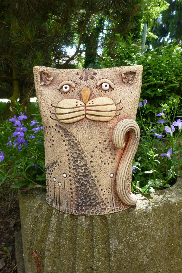 Kocourek Ze šamotové hlíny, vhodné k celoroční venkovní dekoraci. Velikost 18,5 x 13 cm (vxš).
