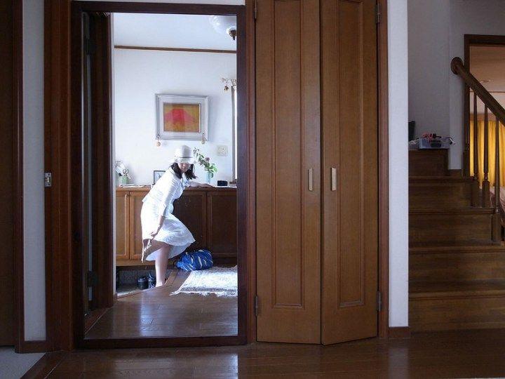Genkan é a área de entrada tradicional para casas e prédios japoneses constituída de uma varanda, ou uma sala, com um tapete onde deve-se retirar os sapatos. A função principal do genkan é evitar que as sujeiras da rua que ficaram no sapato entrem dentro da casa, ou qualquer edifício.  O genkan é geralmente construído em desnível com o piso da casa para conter as sujeiras vindas da rua. Após retirado, os sapatos são geralmente dispostos com a frente virada para a porta, para serem vestidos…