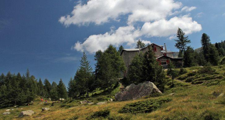 RIFUGIO CARLO BOSIO - Sorge a 2086 m. su un affioramento roccioso nella bellissima e suggestiva conca verdeggiante dell'alta Val Torreggio.