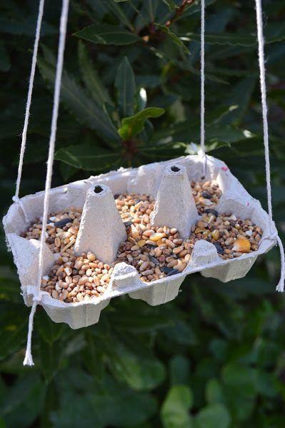 ¡Manualidad para niño! Haz un comedero de pájaros con un cartón de huevo reciclado y cuerda.