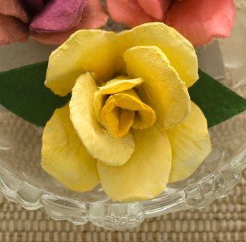 Rosa feita com caixa de ovos.