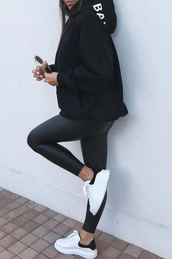 Mode femme cozy. Look tout en noir avec un legging similicuir, un massive sweat …