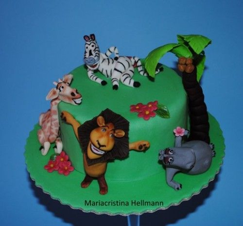 La torta con i personaggi del film Madagascar, una scelta sicura per fare felici tutti i bambini! Il leone, la giraffa, l'ippopotamo e la zebra, a cui poi si sono aggiunti altri personaggi. I loro avventurosi viaggi per il mondo sono stati i protagonisti di una fortunatissima serie di film. Occorrente: -gumpaste...