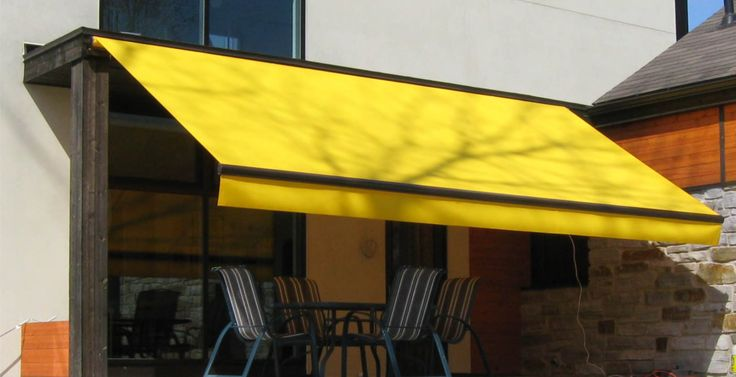 Folding Arm Awning in yellow with a straight flap. Adjustable angles. Motorisation with wind sensors, remote-controlled and automatic retraction.