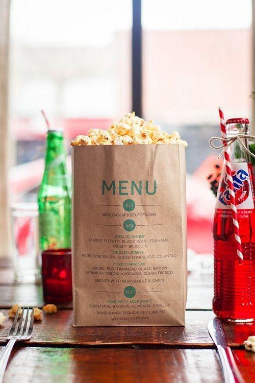 Pon tu menú en una bolsa de papel llena de palomitas ;)