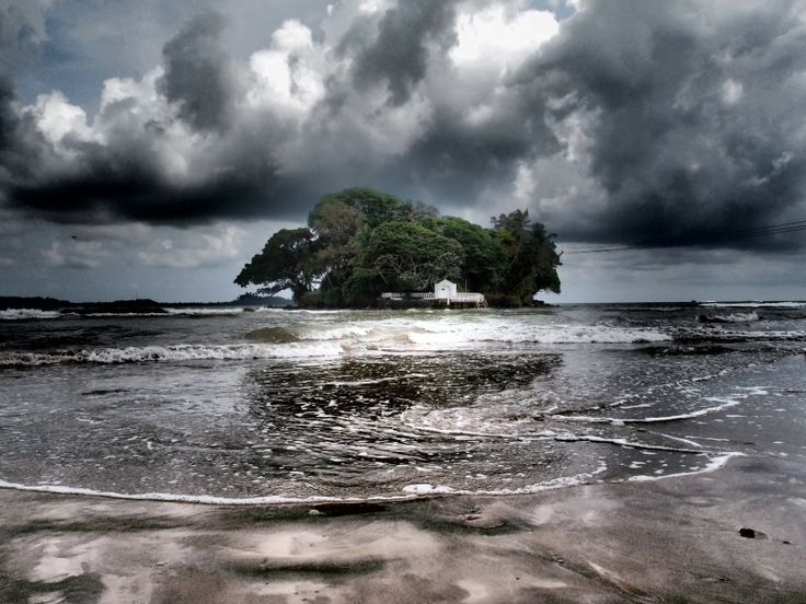 La Taprobane Island di fronte la spiaggia di Weligama. Le spiagge esotiche dello #SriLanka