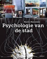 Psychologie van de stad Het boek 'Psychologie van de stad' gaat dieper in op de mentale processen die het denkbeeld van een stad bepalen. Het is een prikbord voor iedereen die onderzoek wil doen naar de stad en de stedelijke cultuur. De auteur observeert en inventariseert met foto's de verbindingen in de wijken en buurten.