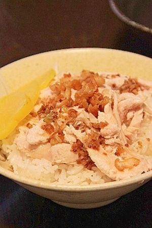 楽天が運営する楽天レシピ。ユーザーさんが投稿した「台湾の屋台ご飯『鶏肉飯(チーローファン)』」のレシピページです。台湾で食べて感動しました。同じ屋台飯の姉妹レシピ、魯肉飯(レシピID:1540005902)もよろしければどうぞ。。鶏肉飯。鶏むね肉,長ネギ,----- 調味料A -----,塩,顆粒鶏がらスープ,ごま油,おろし生姜,----- 調味料B -----,油,ごま油