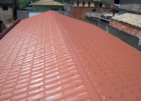 Instalação de telhas de PVC Mais leve que as telhas de barro, telhas de PVC podem vencer vãos maiores e permitem uma estrutura de sustentação reduzida