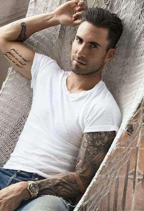 Tatuaggi scritte uomo - Tattoo braccio di Adam Levine
