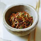 Oosterse koolsalade met warme dressing - recept - okoko recepten
