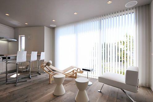 Cocina moderna con cortinas verticales. Fuente hituji.jp
