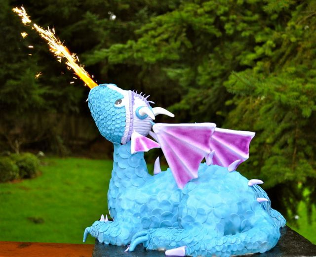 Cake Fixation: How To Make a Fire Breathing Dragon Cake... I've gotta try this without setting my kitchen on fire.. You could use gold flake, and a different color of icing make it more goth like....for Halloween.