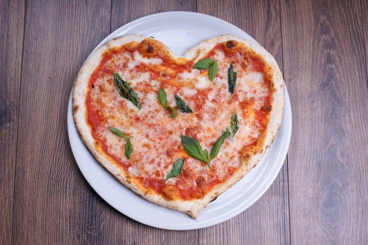 Deliciosa pizza margarita de corazón, prepárala y sorprende a esa persona tan especial con esta increíble receta.