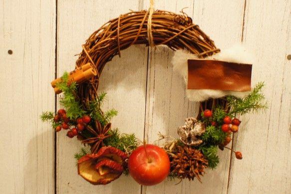 ハンドメイドクリスマス2013りんごやバラの実をあしらったおとぎの国に出てきそうなXmasリース作りました。小さめサイズですので、お部屋のドアにちょこっと飾れ...|ハンドメイド、手作り、手仕事品の通販・販売・購入ならCreema。