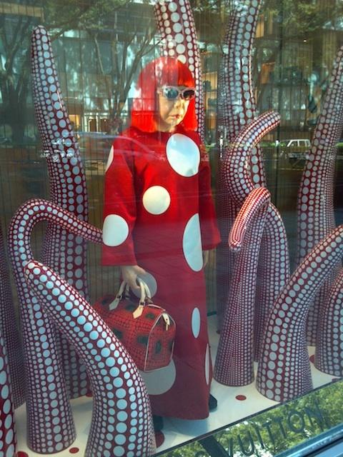 そういえば、ルイ・ヴィトン表参道店で草間彌生さんをみてきた。(注;蝋人形。2012.09.20撮影。)