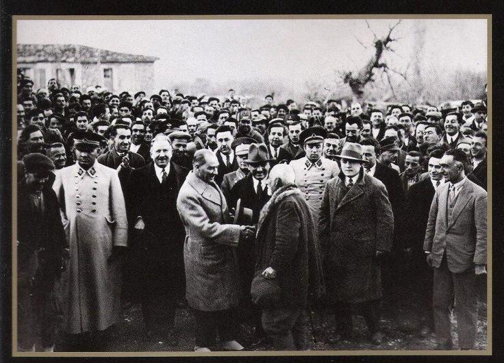 """30 ARALIK 1931 MUSTAFA KEMAL ATATÜRK İzmir Kemalpaşa da vatandaşlarla sohbet ederken """""""