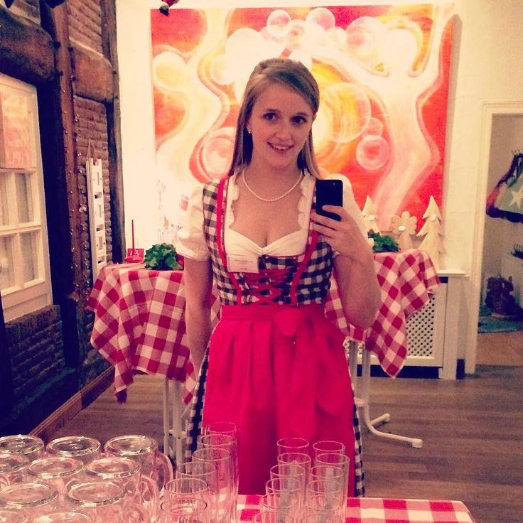 Dirndl statt Schürze! #arbeiten #work #Dirndl #Oktoberfest #Haxe #bier #beer #bierkrug #schönesleben #schöneslebenaufdemlande #gastro #wochenende #workhard #rot #kariert #blondehair #germangirl #bavarian # by bteglm #haxenhaus #people #food