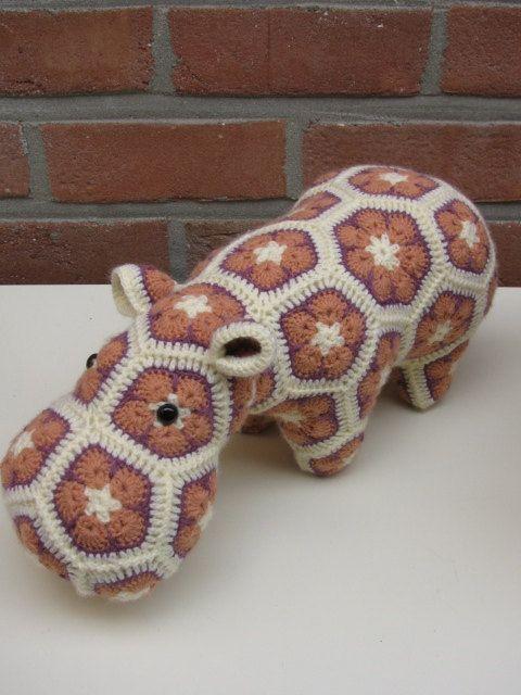 gehaakte+nijlpaard+crochet+happypotamus+van+AtelierMyne+op+Etsy,+€24.90