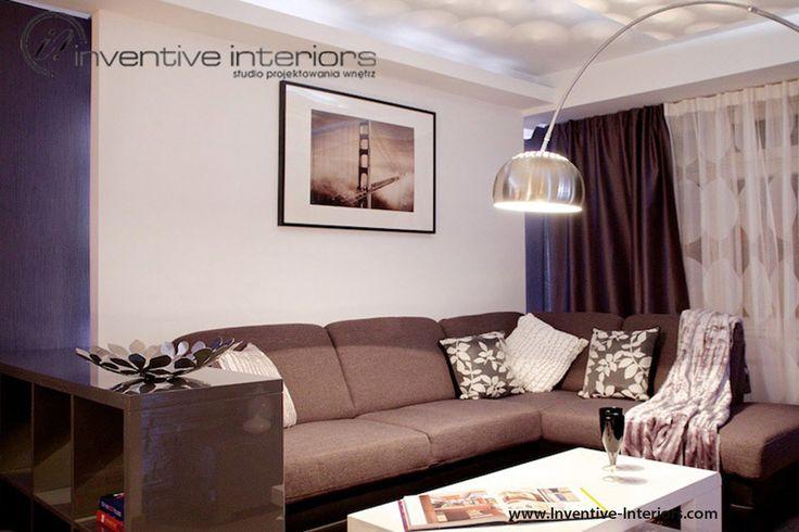 Projekt salonu Inventive Interiors - obraz nad sofą