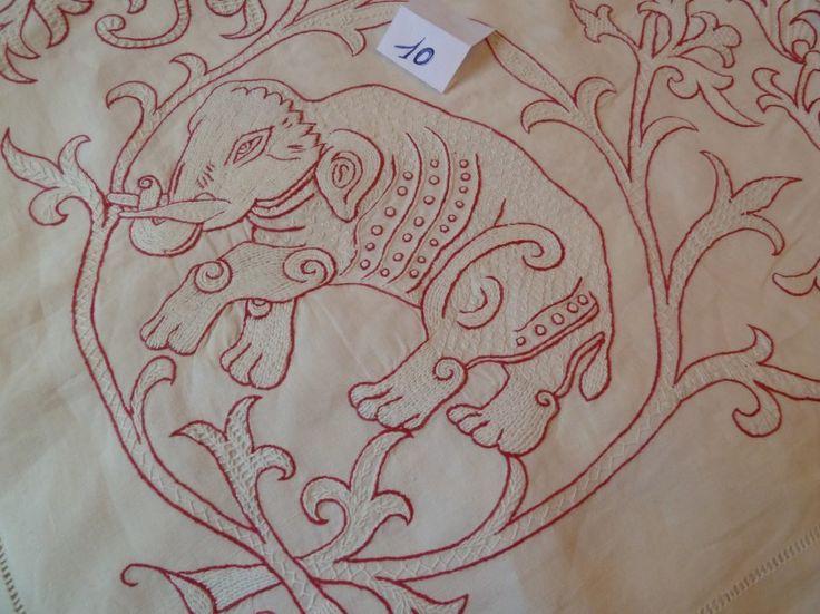 Une nappe d'apparat en fil de lin, broderies rouges et blanches à décor d'animaux, 4m30 X 2m40 - Eric Caudron - 13/11/2015
